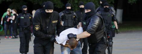 Тримають на землі та б'ють: як у Мінську поводяться із затриманими протестувальниками