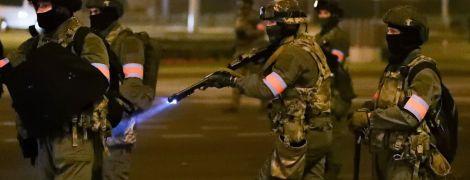 Автомати силовиків та жорсткі затримання: другий день протестів у Білорусі у фото