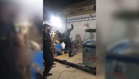 В Затоке произошла драка с полицейскими: копы применили спецсредства
