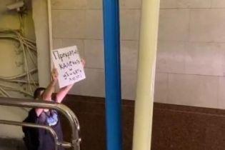 В Минске перекрыли метро: протестующий стоит на рельсах с требованиями