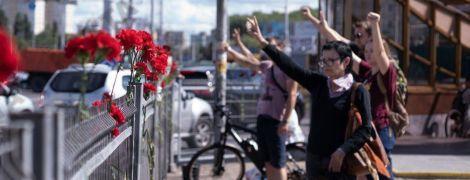 Беларусы массово несут цветы на место гибели протестующего в Минске: их разгоняет ОМОН