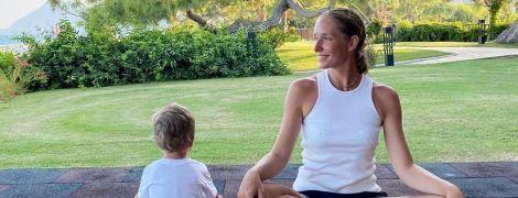 Катерина Осадча показала, як займалася з трирічним сином йогою та підкорювала гори