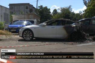 """""""Теслу"""" экс-главы Офиса Президента Украины неизвестные подожгли на парковке под домом"""