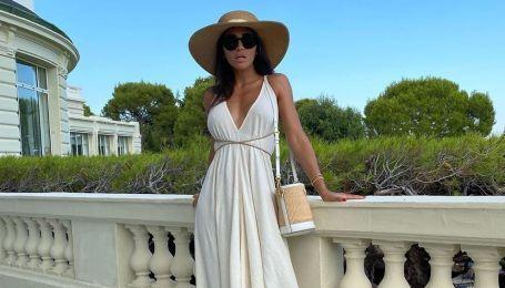В шляпе и платье с откровенным декольте: эффектная Санта Димопулос на отдыхе во Франции