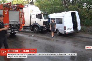 Вантажівка протаранила маршрутку у Дніпрі, 10 людей постраждали