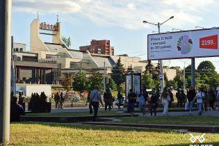 Третий день протестов в Беларуси: силовики разгоняют людей и провожают их аж к домам