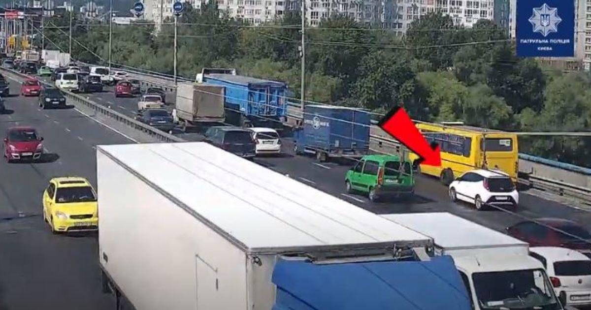 У Києві у маршрутки на ходу відлетіли колеса і почали таранити автівки
