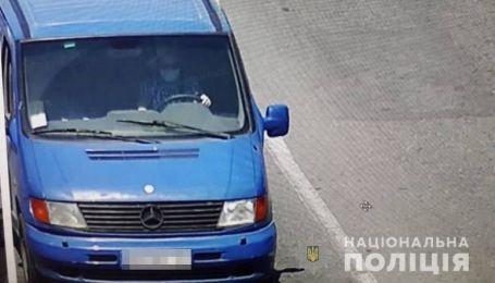 В Киеве вор, убегая от патрульных, попал в ДТП на угнанном микроавтобусе
