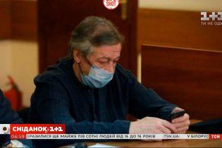 Актера Михаила Ефремова после очередного заседания суда госпитализировали с подозрением на инсульт