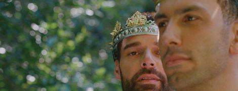 Рікі Мартін у короні ніжно обійняв чоловіка у майці в сімейній фотосесії