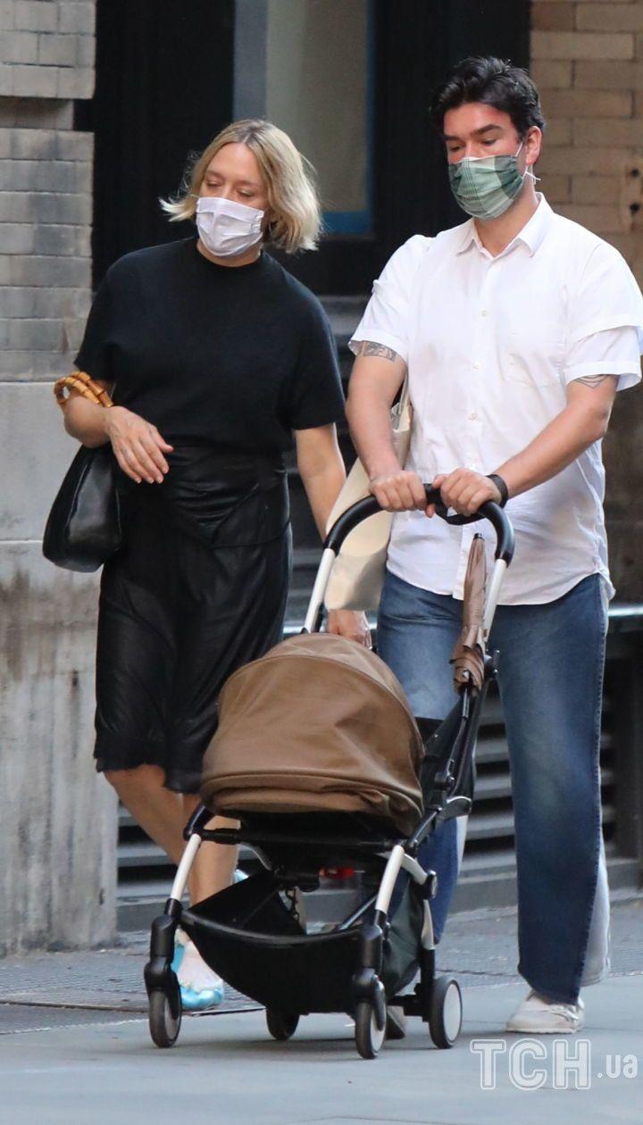 Хлоя Севиньи и Синиша Макович на прогулке с ребенком