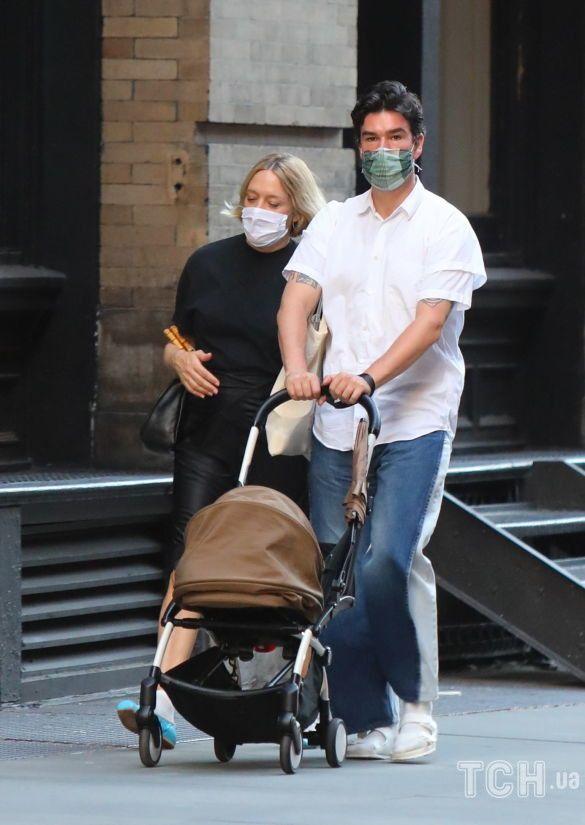 Хлоя Севиньи и Синиша Макович на прогулке с ребенком_1