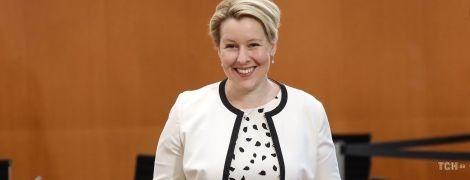 Стильний образ: німецька міністерка прийшла на засідання уряду в ефектному чорно-білому образі