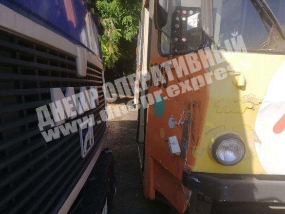 У Дніпрі вантажівка в'їхала у трамвай з пасажирами