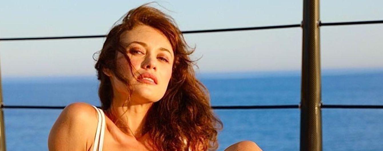 Ольга Куриленко в купальнике с ремешками восхитила стальным прессом