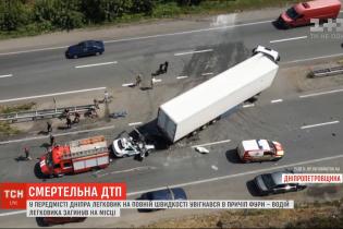 У Дніпрі сталася смертельна аварія: легковик влетів під причіп вантажівки