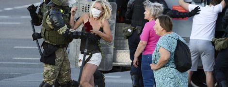 Жінки проти ОМОНу: як минув четвертий день протестів у Білорусі у фото