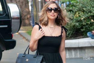 В новых туфлях и с большой сумкой Chanel: Майлин Класс сходила на работу