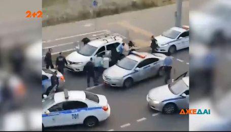 У Білорусі 5 патрульних витягли водія кросовера з авто, побили та забрали до себе в машину
