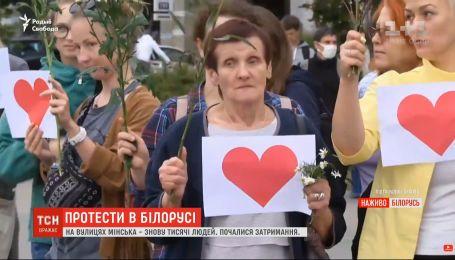 На улицах Минска снова тысячи людей, силовики перекрывают центр и въезды в город