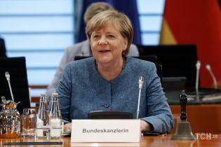 В новом жакете без воротника: Ангела Меркель продемонстрировала обновку