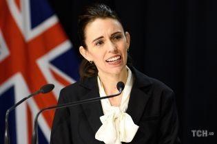 В твидовой юбке и блузке с бантом: премьер-министр Новой Зеландии в деловом образе вышла к прессе