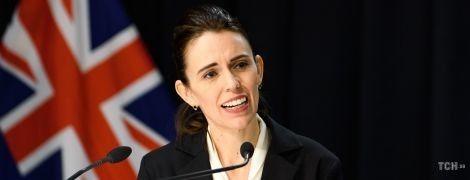У твідовій спідниці і блузці з бантом: прем'єр-міністерка Нової Зеландії у діловому образі вийшла до преси