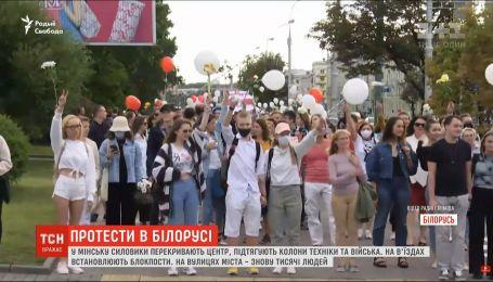 Перед объявлением результатов выборов в Минске силовики подтягивают колонны техники и войска