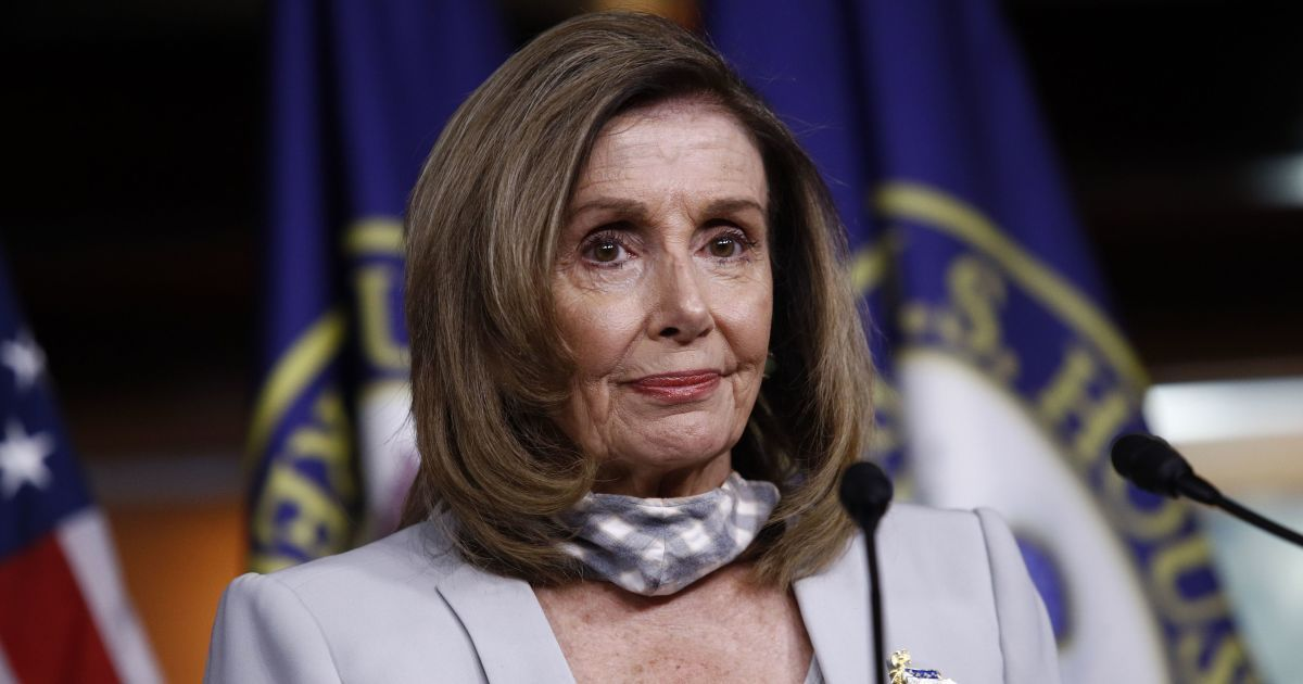 Сменила фасон брюк: спикер палаты представителей США пополнила гардероб стильным костюмом