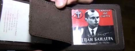 """""""Визитка Бандеры"""": Белорусское ТВ показало странные кадры обыска оппозиционера"""