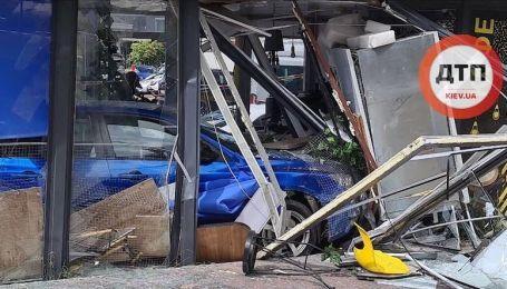 В Сети появилось видео наезда авто на придорожное кафе после ДТП