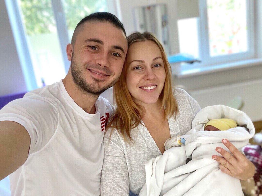 Alyosha и Тарас Тополя с новорожденной дочерью_2