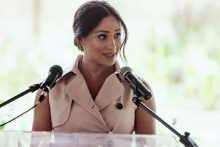 В персиковом топе от Hugo Boss: герцогиня Меган появилась на публике в новом образе