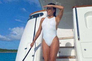 В новом купальнике: Ева Лонгория снова похвасталась фигурой