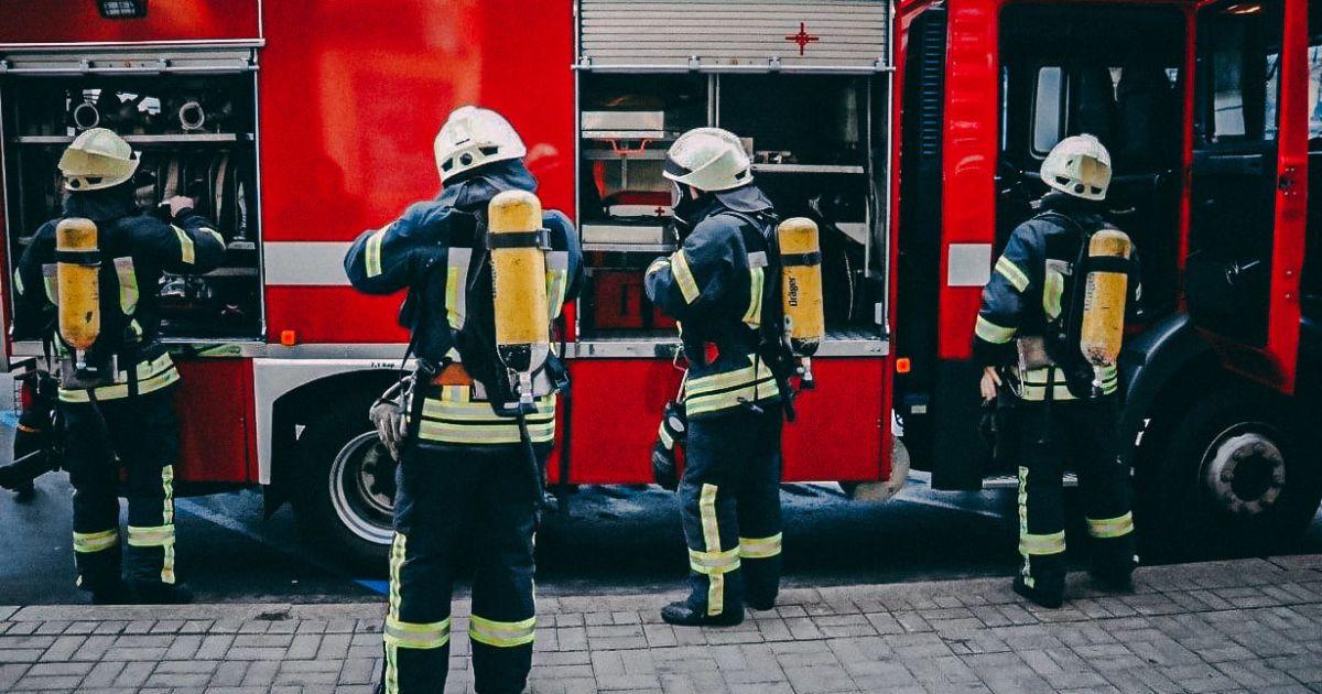 З охопленої полум'ям квартири врятували жінку з дитиною: подробиці пожежі на Бориспільській у Києві