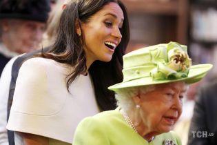 Исправляет ошибки: королевские биографы рассказали, почему Елизавета II готова принять Меган и Гарри обратно