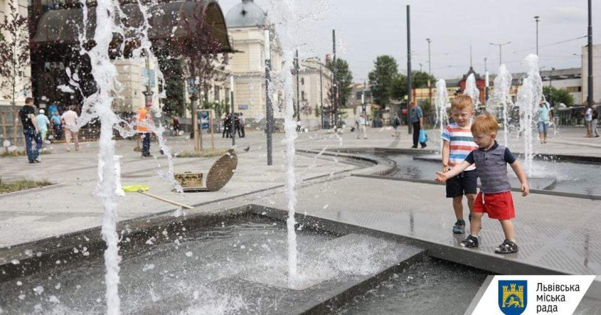 У Львові біля головного вокзалу запрацював новий фонтан
