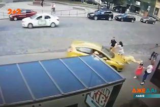 У Львові водій автомобіля заїхав на тротуар та збив жінку