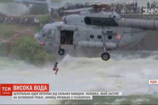 В Индии на военном вертолете спасали мужчину, который оказался на затопленной дамбе