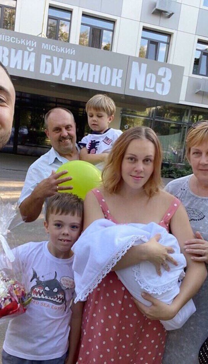 Alyosha с семьей и новорожденной дочерью Марией