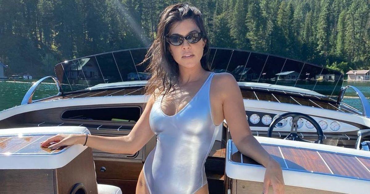 В безупречной форме: Кортни Кардашьян позировала на яхте в купальнике