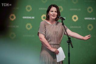 У трикотажній сукні і босоніжках: скромний лук лідерки німецької партії зелених на пресконференції