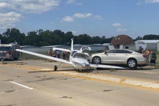 У США легковик врізався у літак, який аварійно сів на шосе