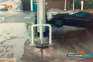 ДТП біля автозаправки: у Британії відбулась масштабна аварія на мокрому асфальті