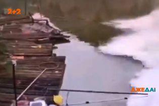 У Китаї рибалка спокійно медитував на поплавець, коли на нього насунулось цунамі