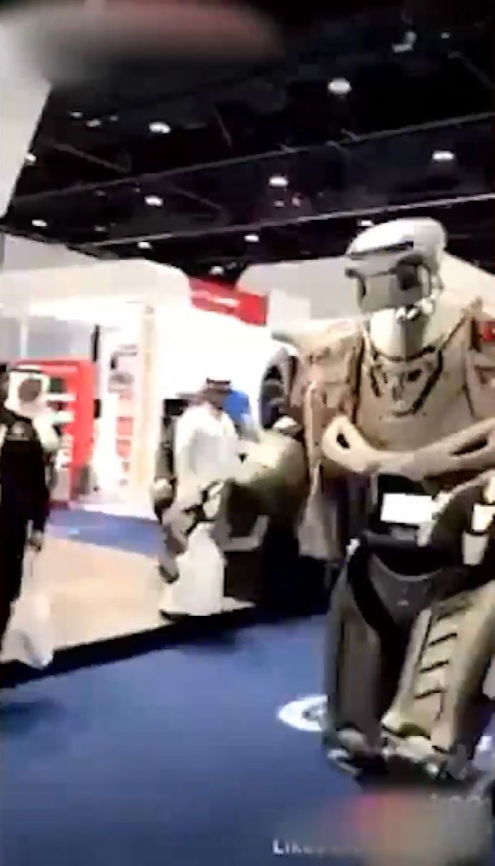 Король Бахрейну прибув у Дубаї з власним бойовим роботом-охоронцем