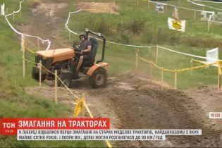 Чешские фермеры устроили гонки на старых моделях тракторов