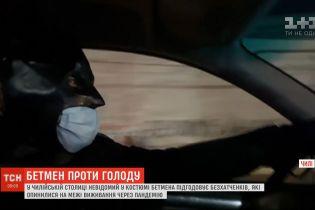 В Чили мужчина в костюме Бэтмена подкармливает бездомных