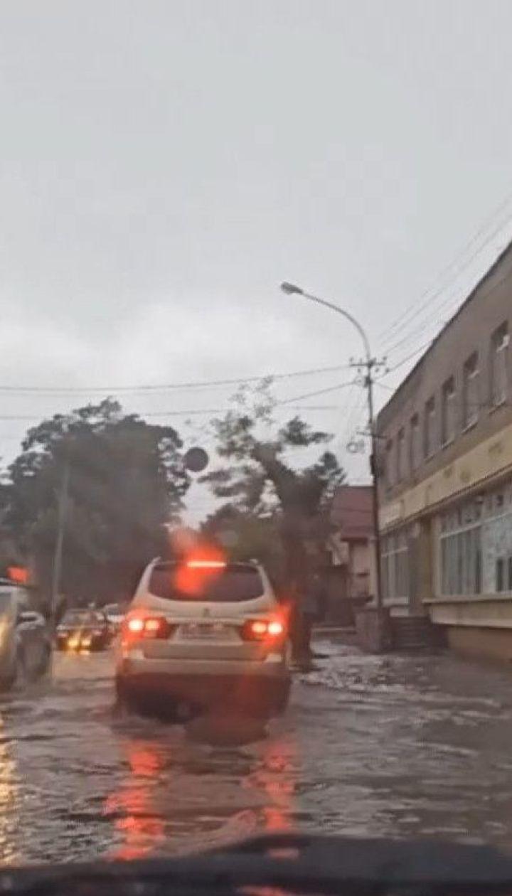 Після рясної зливи на Закарпатті затопило ціле містечко