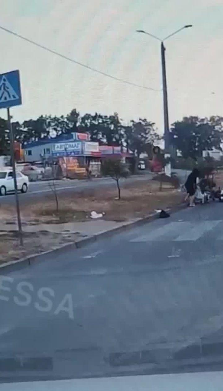 В Одессе мотоциклист сбил мать с двумя детьми
